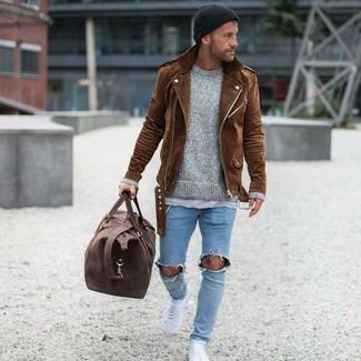Как и с чем носить: коричневая замшевая косуха, серый свитер с круглым вырезом, серая футболка с круглым вырезом, голубые рваные зауженные джинсы