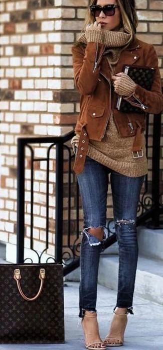 Модный лук: Коричневая замшевая косуха, Светло-коричневый свитер с хомутом, Темно-синие рваные джинсы скинни, Бежевые кожаные босоножки на каблуке