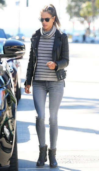 С чем носить темно-серый свитер с хомутом женщине в стиле смарт-кэжуал: Темно-серый свитер с хомутом в сочетании с серыми джинсами скинни — прекрасная идея для воплощения наряда в стиле элегантной повседневности. В тандеме с этим ансамблем органично будут выглядеть черные кожаные ботильоны.