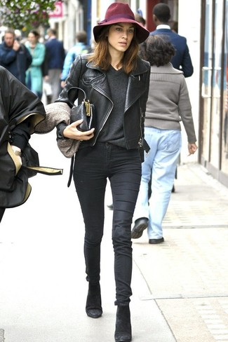 Как и с чем носить: черная кожаная косуха, темно-серый свитер с v-образным вырезом, черные джинсы скинни, черные замшевые ботильоны