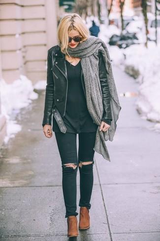 Как и с чем носить: черная кожаная косуха, черный свитер с v-образным вырезом, черные рваные джинсы скинни, табачные кожаные ботильоны