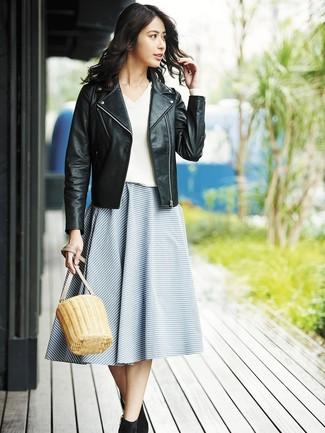 Как и с чем носить: черная кожаная косуха, белый свитер с v-образным вырезом, синяя пышная юбка в горизонтальную полоску, черные замшевые ботильоны