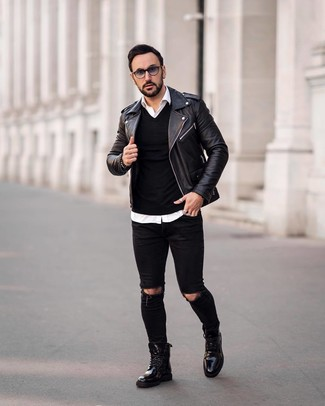 Как и с чем носить: черная кожаная косуха, черный свитер с v-образным вырезом, белая рубашка с длинным рукавом, черные рваные зауженные джинсы