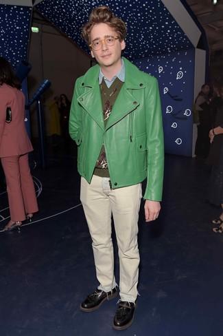 Как и с чем носить: зеленая кожаная косуха, оливковый свитер с v-образным вырезом с принтом, голубая рубашка с длинным рукавом из шамбре, бежевые джинсы