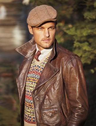 Как и с чем носить: коричневая кожаная косуха, бежевый свитер с v-образным вырезом с жаккардовым узором, белая рубашка с длинным рукавом, коричневая кепка в шотландскую клетку
