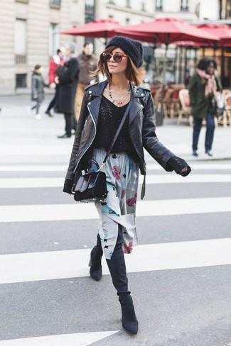 Как и с чем носить: черная кожаная косуха, черный свитер с v-образным вырезом, серая юбка-миди с цветочным принтом, черные замшевые ботфорты