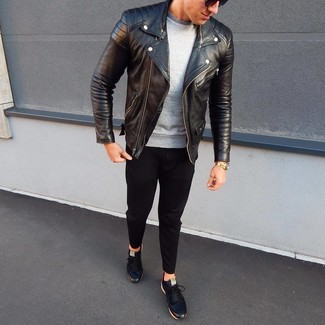 Как и с чем носить: черная кожаная косуха, серый свитшот, черные брюки чинос, черные кожаные низкие кеды