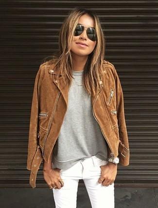Как и с чем носить: коричневая замшевая косуха, серый свитшот, белые джинсы скинни, черные солнцезащитные очки