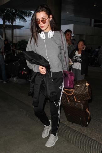 Как и с чем носить: черная кожаная косуха, серый свитшот, черно-белые спортивные штаны в вертикальную полоску, серые кроссовки