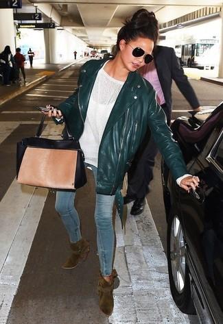 Как и с чем носить: темно-зеленая кожаная косуха, белый свободный свитер, голубые джинсы скинни, оливковые замшевые ботильоны