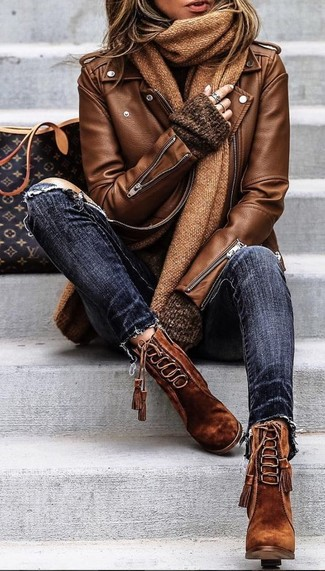 Как и с чем носить: коричневая кожаная косуха, темно-коричневый свободный свитер, темно-синие рваные джинсы скинни, коричневые замшевые ботильоны на шнуровке