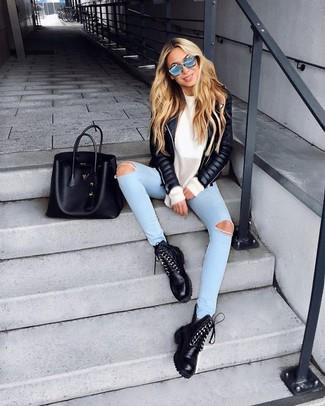 Как и с чем носить: черная кожаная стеганая косуха, белый свободный свитер, голубые рваные джинсы скинни, черные кожаные ботинки на шнуровке