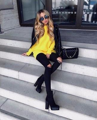Как и с чем носить: черная кожаная стеганая косуха, желтый свободный свитер, черные рваные джинсы скинни, черные замшевые ботильоны