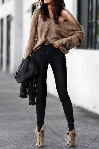 Как и с чем носить: черная кожаная косуха, коричневый свободный свитер, черные джинсы скинни, бежевые замшевые ботильоны на шнуровке