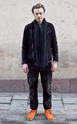 Темно-синий шарф: с чем носить и как сочетать мужчине: Если в одежде ты ценишь удобство и практичность, темно-синяя замшевая косуха и темно-синий шарф — отличный вариант для привлекательного повседневного мужского ансамбля. Думаешь сделать ансамбль немного строже? Тогда в качестве обуви к этому образу, стоит обратить внимание на оранжевые замшевые ботинки дезерты.