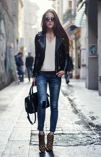 Как и с чем носить: черная кожаная стеганая косуха, бежевый топ без рукавов, темно-синие джинсы скинни, светло-коричневые ботильоны из ворса пони с леопардовым принтом