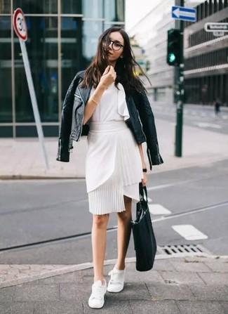Как и с чем носить: черная кожаная стеганая косуха, белый топ без рукавов с рюшами, белая юбка-карандаш, белые низкие кеды
