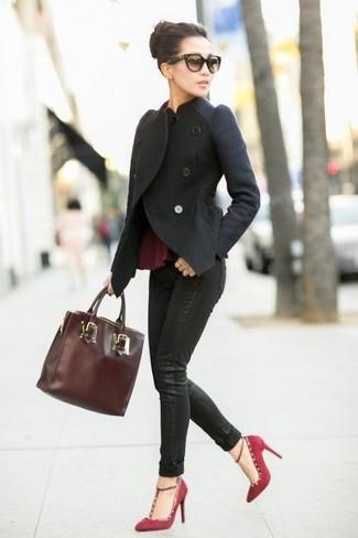 Как и с чем носить: черная шерстяная косуха, темно-красный топ с баской, черные джинсы скинни, темно-красные замшевые туфли