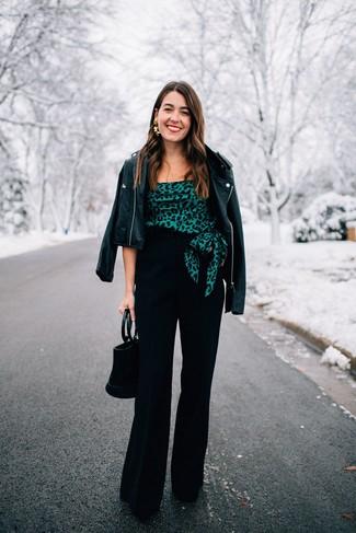 Как и с чем носить: черная кожаная косуха, темно-зеленый топ с открытыми плечами с принтом, черные широкие брюки, черные замшевые туфли