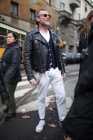 Модные мужские луки 2020 фото в прохладную погоду: Как видишь, черная кожаная косуха смотрится стильно в паре с белыми брюками чинос. Пара бело-темно-синих низких кед из плотной ткани позволит сделать ансамбль более законченным.