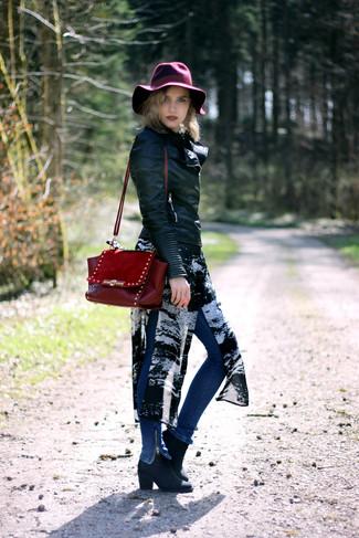 Как и с чем носить: черная кожаная косуха, черно-белая шифоновая туника с принтом, синие джинсы скинни, черные кожаные ботильоны