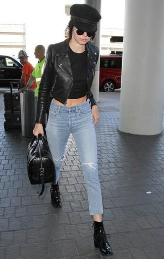 Как и с чем носить: черная кожаная косуха, черный укороченный топ, голубые рваные джинсы скинни, черные кожаные ботильоны на шнуровке
