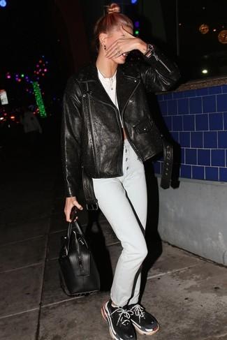 Как и с чем носить: черная кожаная косуха с шипами, белый укороченный топ, голубые джинсы, черные кроссовки