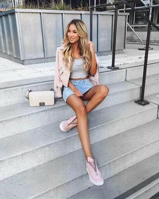 Как и с чем носить: розовая кожаная косуха, серый укороченный топ, голубая джинсовая мини-юбка, розовые кожаные слипоны