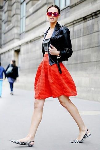 Как и с чем носить: черная кожаная косуха, черный кожаный укороченный топ, красная пышная юбка с рельефным рисунком, черно-белые кожаные туфли с принтом