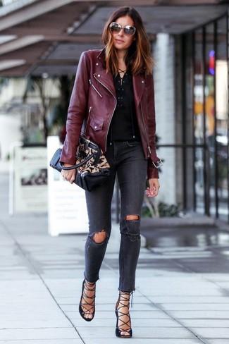 Как и с чем носить: темно-красная кожаная косуха, черная футболка на пуговицах, темно-серые рваные джинсы скинни, черные замшевые гладиаторы