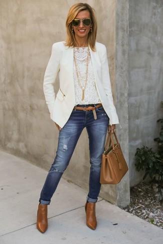 Как и с чем носить: белая косуха, белая кружевная футболка с длинным рукавом, синие рваные джинсы скинни, табачные кожаные ботильоны
