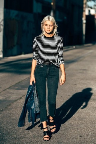 Как и с чем носить: темно-синяя кожаная косуха, черно-белая футболка с длинным рукавом в горизонтальную полоску, черные джинсы скинни, черные кожаные босоножки на каблуке