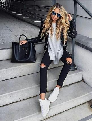 Как и с чем носить: черная кожаная стеганая косуха, серая футболка с длинным рукавом, черные рваные джинсы скинни, белые кроссовки