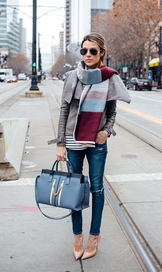 Как и с чем носить: серая кожаная косуха, бело-черная футболка с длинным рукавом в горизонтальную полоску, синие рваные джинсы скинни, светло-коричневые кожаные туфли