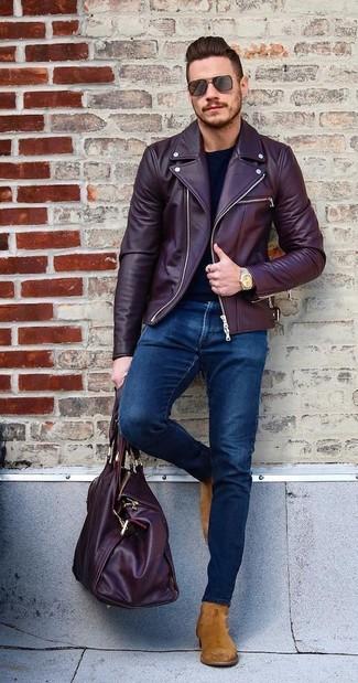 Как и с чем носить: темно-красная кожаная косуха, черная футболка с длинным рукавом, темно-синие зауженные джинсы, табачные замшевые ботинки челси