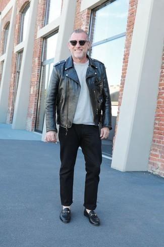 Модные мужские луки 2020 фото в прохладную погоду: Черная кожаная косуха и черные брюки чинос безусловно украсят гардероб любого современного парня. Хочешь привнести в этот наряд немного классики? Тогда в качестве обуви к этому ансамблю, выбери черные кожаные лоферы.