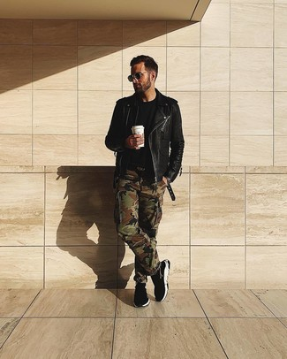 Как и с чем носить: черная кожаная косуха, черная футболка с круглым вырезом, оливковые брюки карго с камуфляжным принтом, черные высокие кеды
