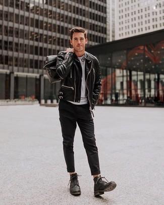 Как и с чем носить: черная кожаная косуха, серая футболка с круглым вырезом, черные брюки чинос, черные кожаные повседневные ботинки