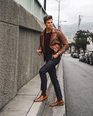 Как и с чем носить: коричневая кожаная косуха, темно-красная футболка с круглым вырезом, темно-синие брюки чинос с цветочным принтом, коричневые кожаные лоферы