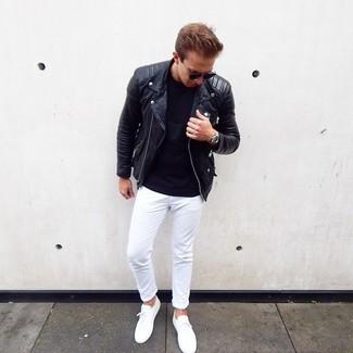 Как и с чем носить: черная кожаная косуха, черная футболка с круглым вырезом, белые брюки чинос, белые низкие кеды