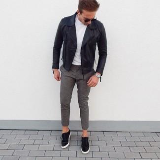 Как и с чем носить: черная кожаная косуха, белая футболка с круглым вырезом, серые шерстяные брюки чинос, черные замшевые низкие кеды