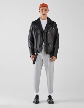 Мода для подростков парней: Черная кожаная косуха и серые брюки чинос — хорошая идея для простого, но стильного мужского лука. Хочешь привнести сюда толику элегантности? Тогда в качестве обуви к этому луку, обрати внимание на черные кожаные туфли дерби.