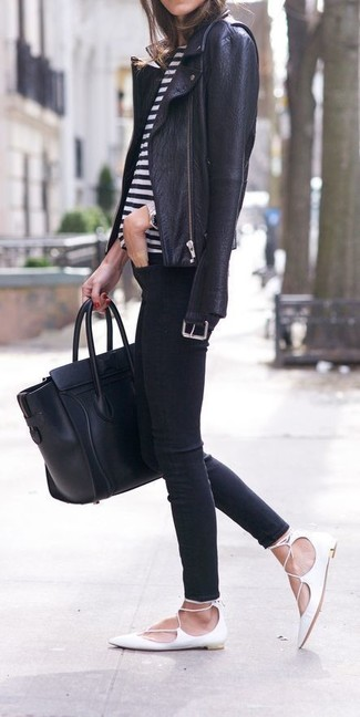 Как и с чем носить: черная кожаная косуха, бело-черная футболка с круглым вырезом в горизонтальную полоску, черные джинсы скинни, белые кожаные балетки