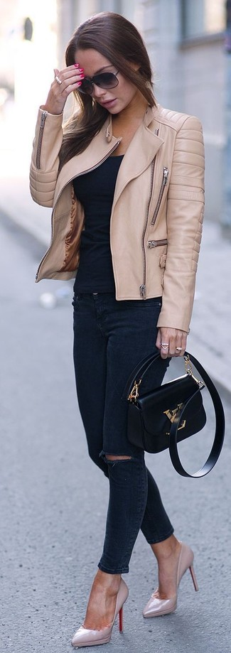 Если в одежде ты ценишь функциональность и удобство, обрати внимание на сочетание светло-коричневой кожаной косухи и темно-синих рваных джинсов скинни. И почему бы не добавить в этот образ немного непринужденности с помощью розовой обуви?