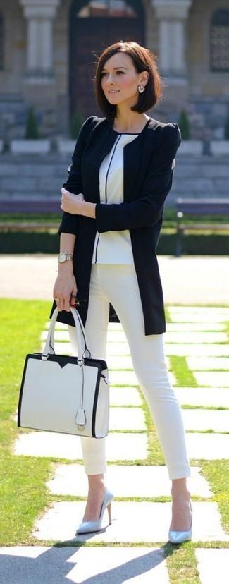 Как и с чем носить: черная косуха, белая футболка с круглым вырезом, белые джинсы скинни, голубые кожаные туфли