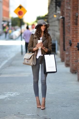 Как и с чем носить: коричневая кожаная косуха, белая футболка с круглым вырезом, серые джинсы скинни, бежевые кожаные туфли