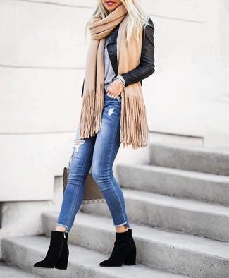 Как и с чем носить: черная кожаная косуха, серая футболка с круглым вырезом, синие рваные джинсы скинни, черные замшевые ботильоны