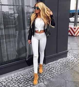Как и с чем носить: черная кожаная стеганая косуха, белая футболка с круглым вырезом, белые рваные джинсы скинни, светло-коричневые замшевые ботинки на шнуровке