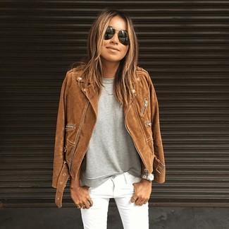 Как и с чем носить: коричневая замшевая косуха, серая футболка с круглым вырезом, белые джинсы скинни, черные солнцезащитные очки