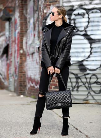 Как и с чем носить: черная кожаная косуха, черная футболка с круглым вырезом, черные рваные джинсы скинни, черные замшевые ботильоны